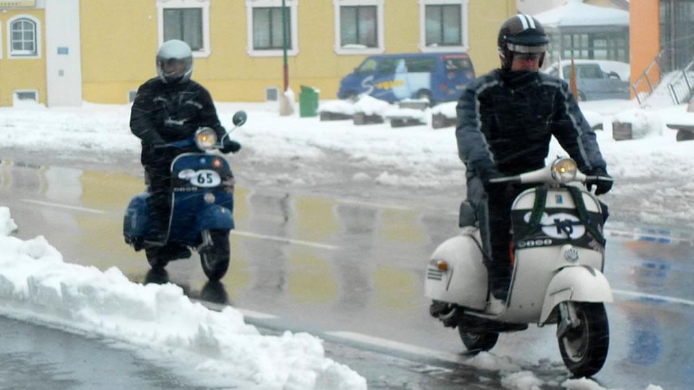 Giro Vespistico delle Alpi - Foto fahren im Schnee
